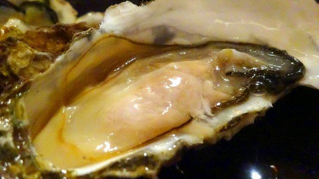 生カキも焼カキも105円!1日で数百個の牡蠣が売り切れる人気酒場