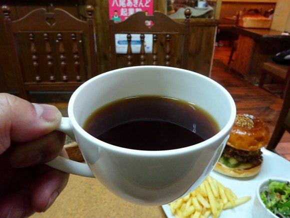老舗コーヒー店の看板商品!専門店顔負けの食材でスペシャルバーガー