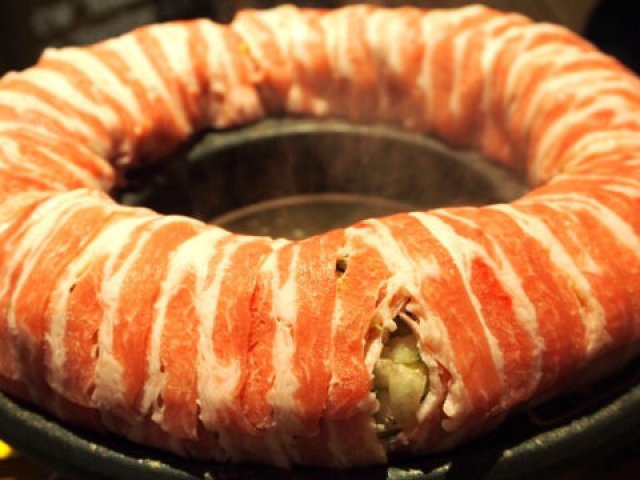 まるで肉の浮き輪!?豚農家直営の店で味わう「Boo de リング鍋」