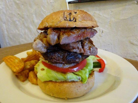 月末限定!肉汁滴る豪快なサーロインステーキバーガーを神戸で