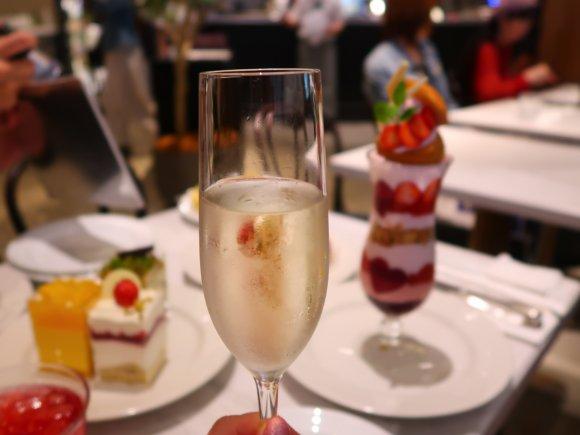 名古屋に上陸!全長30cmのパフェやワインが楽しめるカフェレストラン