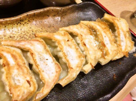女性ひとりでも入りやすい!雨に濡れない地下街で味わえる味噌ダレ餃子