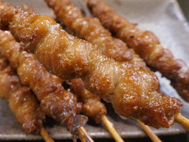 甘いタレとお酒は相性抜群!博多名物のパリッパリ「鶏かわ焼き」を神田で