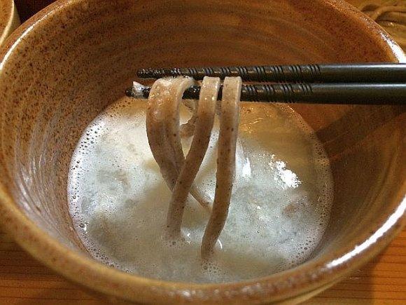 食べ応え抜群!強烈な辛さの大根汁で極太・十割そばを食らう