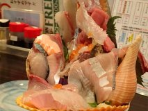 これが海鮮丼!?メディア注目の逸品は新鮮魚介がタワー盛り!