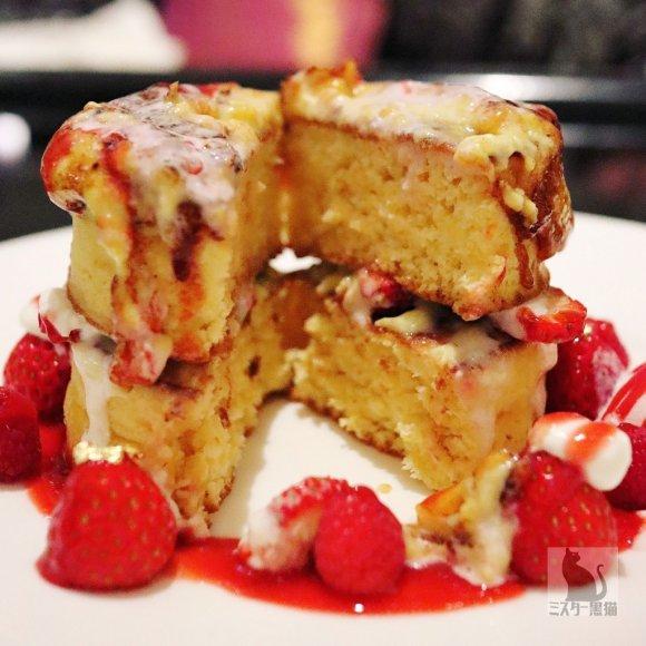 いちご好きは急げ!ミルフィーユが丸ごと乗った苺パフェとパンケーキ
