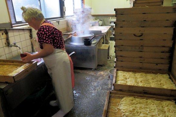 茹でたてのうどんが旨い!イリコ出汁が香る製麺所併設のセルフうどん店