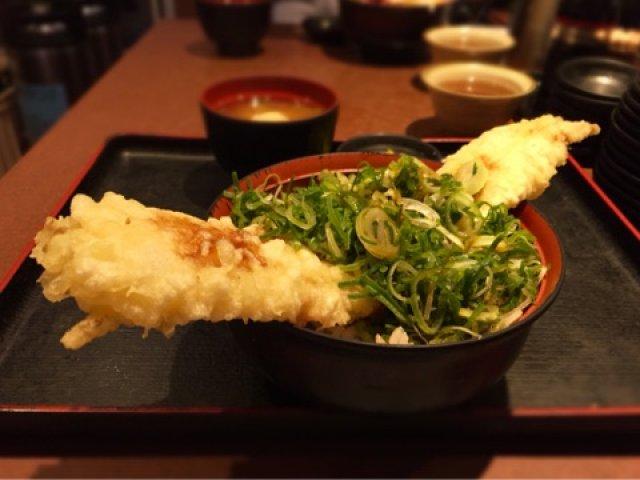 丼から飛び出す特大穴子天ぷら!お値打ち価格でボリューム満点の丼ランチ