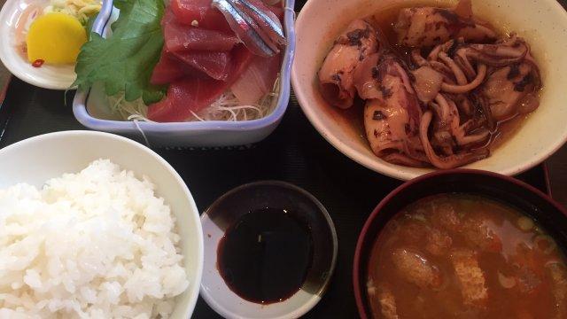 ボリューム満点!旬の魚が激安価格で味わえる市場の中にある穴場の定食屋