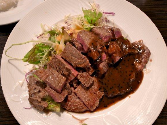270gの牛ステーキが900円!北新地で話題の行列ランチ