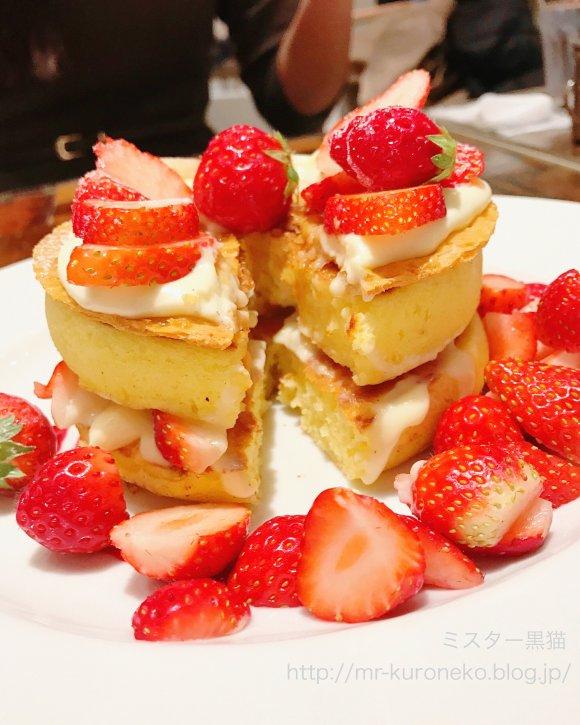 フレッシュいちごが盛り盛り!300%増量の迫力が凄すぎるパンケーキ