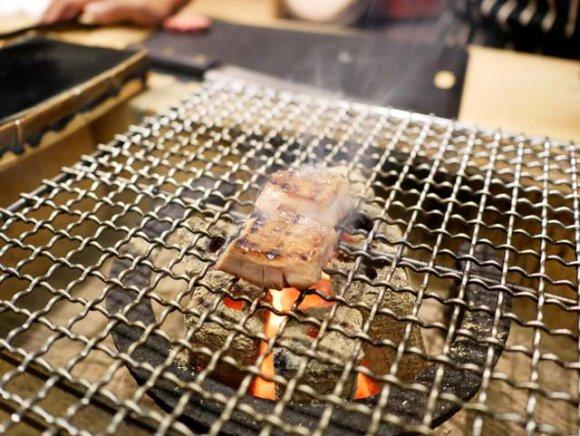 コンセプトは1人焼肉!焼いてもらえるカウンター6席だけの炭火焼肉店