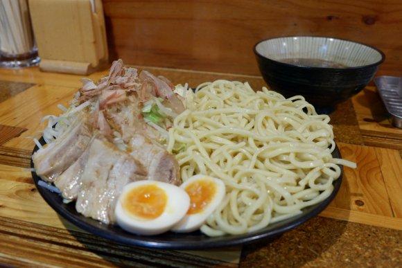 迫力満点!二郎系のお店で実現した「全増し増し」のデカ盛り野菜つけ麺!