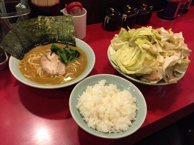 注文必須!家系ラーメン店のデカ盛りサイドメニュー「キャベチャー」!