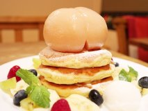 パンケーキに桃が丸ごとドーーン!下北沢の人気店で旬の今だけ限定登場