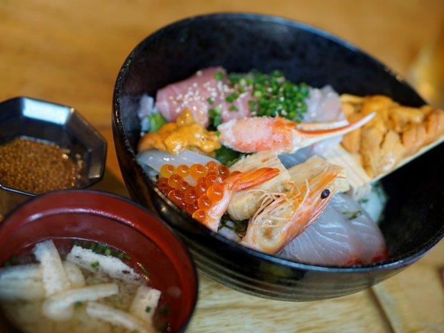 博多は海鮮も抜群に旨い!海の恵みを詰め込んだお値打ち海鮮丼