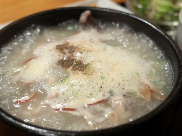 実は夏の料理!鶏と野菜で栄養満点、熱々サムゲタンで暑気払い