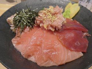 出汁でシメる海鮮丼も!ラーメン屋なのにマグロ定食が絶品すぎるお店
