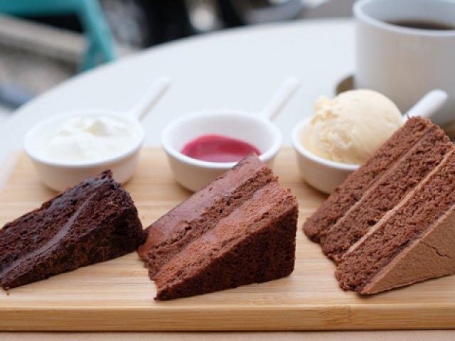 甘党必見!「3種のケーキフライト」ができる、ケーキ屋が手がけるカフェ
