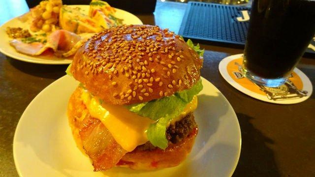 今年はハンバーガーで乾杯!クラフトビールの充実した大阪のビアバー3選