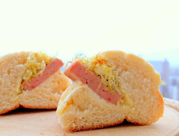 厚切りスパムをメロンパンに?不思議な新しい美味しさのサンドイッチ