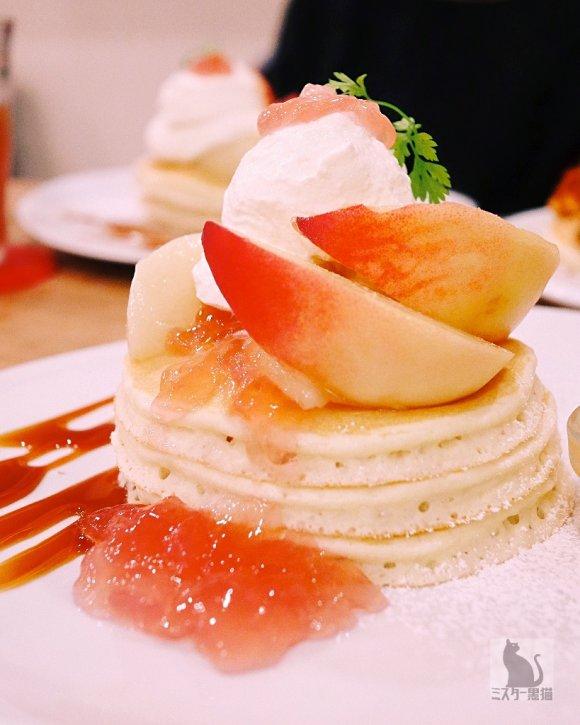 桃たっぷりの幸せを満喫!あの人気店で今だけ食べられる「桃パンケーキ」