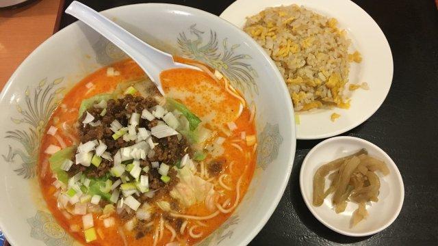 ランチはチャーハン付!中国人シェフが作る白・黒・赤の担担麺