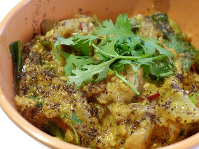 和食とエスニックの融合!出汁の旨味が広がる「スパイスカレー親子丼」