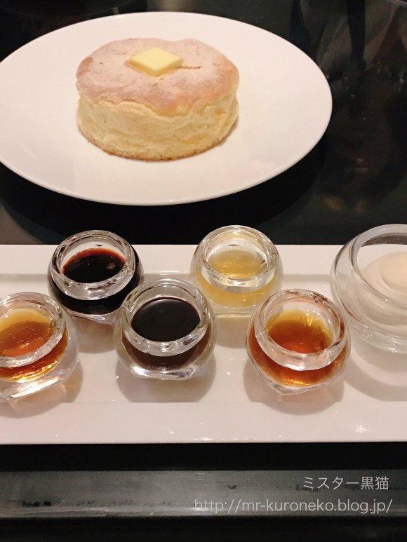 もちもちの新食感!5種のソースで楽しめる「ふわふわスフレパンケーキ」