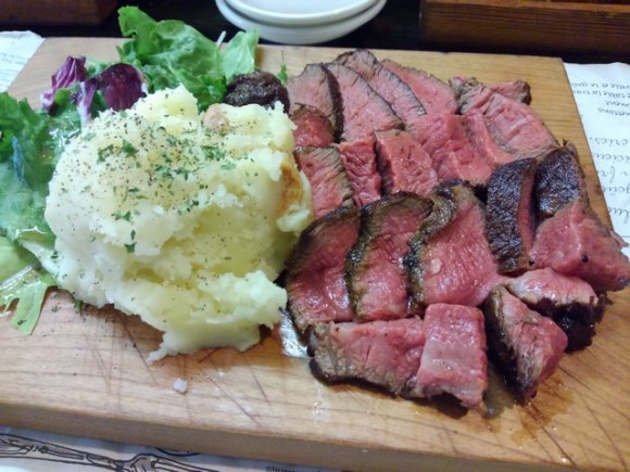 1グラム8円から!豪快な塊肉が食べられる駅近のステーキ酒場