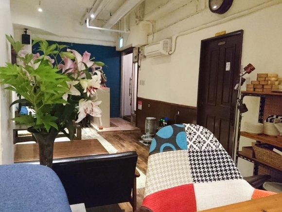 ビル地下の隠れ家カフェ!土足厳禁のくつろぎ空間でまったりランチに舌鼓
