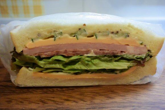 早い者勝ち!オフィス街に出現したボリュームたっぷりのサンドイッチ屋
